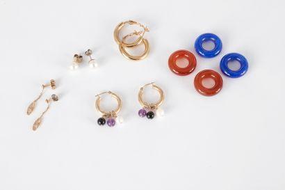 Lot de bijoux comprenant : une paire de boucles...