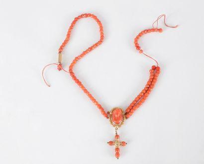 Collier de billes polyédriques de corail orné d'un pendentif en or 18K (750) serti...