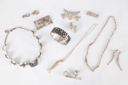 Lot de bijoux en argent comprenant : un collier...