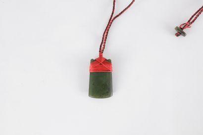 Collier orné d'un pendentif en jade lisse d'un côté et brut de l'autre.