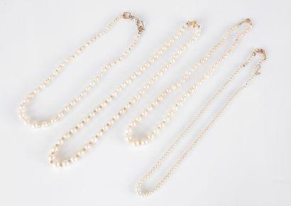 Suite de 4 colliers de perles de culture...