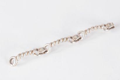 Bracelet en argent articulé de trois torsades...