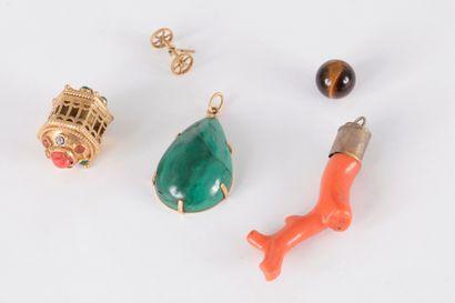 Lot de 2 pendentifs : l'un en or 18K (750)...