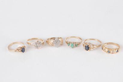 Lot de 6 bagues en or 9K (375) ornées de diamants, de saphirs ou émeraudes.  Poids...