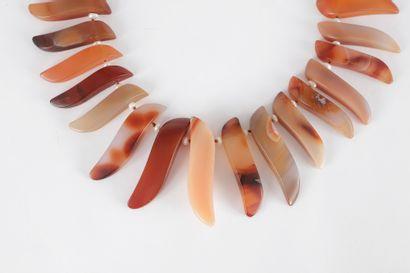 Collier de dents d'agate scandées de perles de culture en chute.