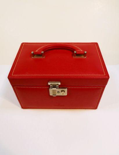 Windrose.  Coffret à bijoux de voyage en cuir rouge.  On joint un Porte CD LC Paris...