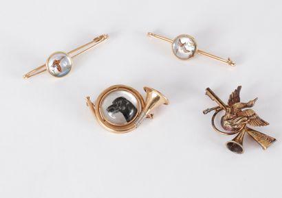 Suite de bijoux cynégétiques en or 18K (750)...