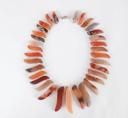 Collier de dents d'agate scandées de perles...