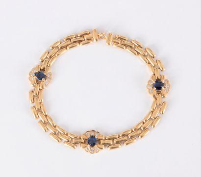 Bracelet en or 18K (750), orné de 3 fleurettes...