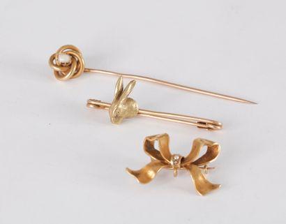 Lot de 3 bijoux en or 18K (750) comprenant : une épingle de revers sommée d'une...