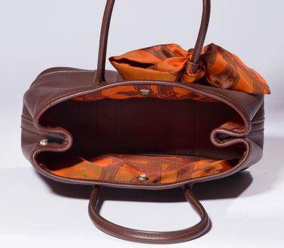 HERMES.  Sac cabas en cuir marron. Modèle Garden. Intérieur doublé soie.  Largeur...