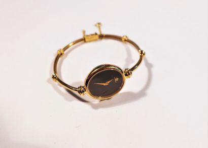 BAUME & MERCIER. Vers 1970  Montre bracelet pour femme en or 18K (750), cadran noir,...
