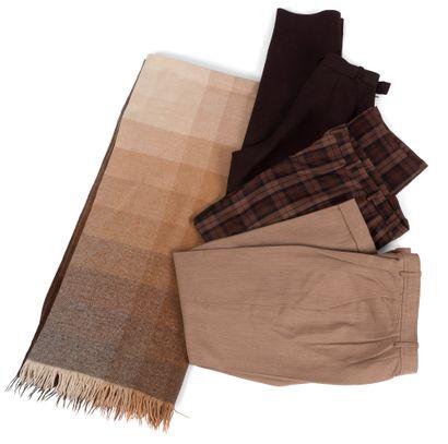 Yves Saint Laurent Rive Gauche  Tailleur pantalon beige ( taches) 3 pantalons. On...