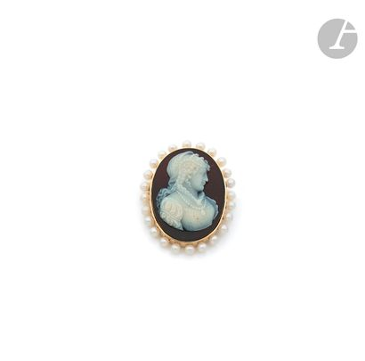 An 18K (750 ‰) gold brooch of oval form,...