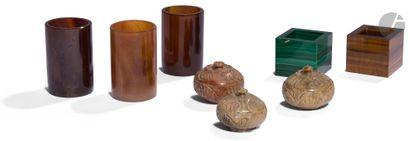 Ensemble de divers objets de vitrine dont...