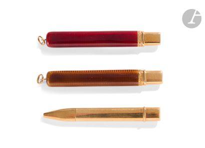 Ensemble de deux porte crayons formant pendentifs...