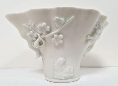 CHINE, XIXe siècle Coupe libatoire en porcelaine...