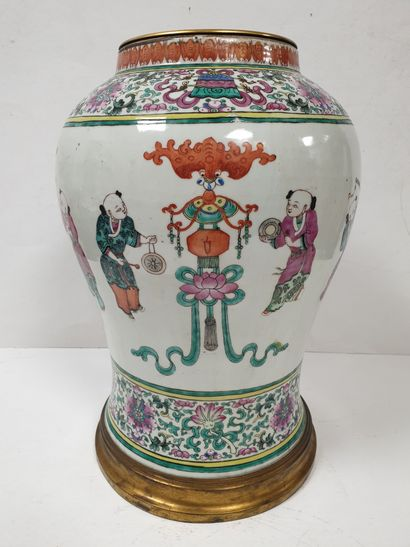 CHINE, XIXe siècle Vase balustre en porcelaine...