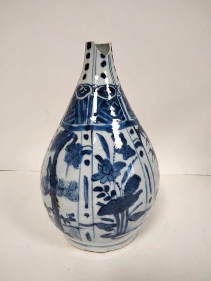 CHINE, XVIIe siècle Vase bouteille en porcelaine...