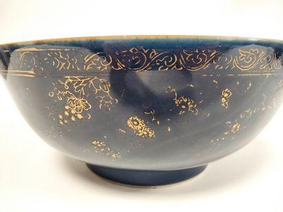 CHINE, XVIIIe siècle Bol à punch en porcelaine...