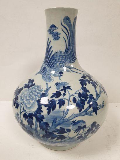 CHINE, XIXe siècle Vase bouteille en porcelaine...