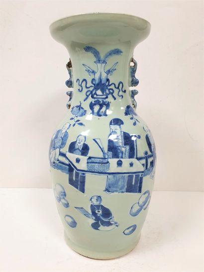 CHINE, vers 1900 Vase en porcelaine à décor...