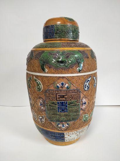 CHINE, XXe siècle Vase couvert en céramique...