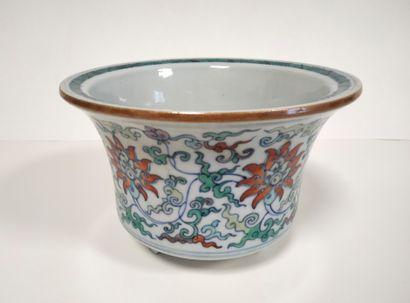 CHINE, XXe siècle Cache-pot tripode en porcelaine...