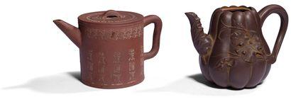 CHINE, XXe siècle Deux verseuses en grès...