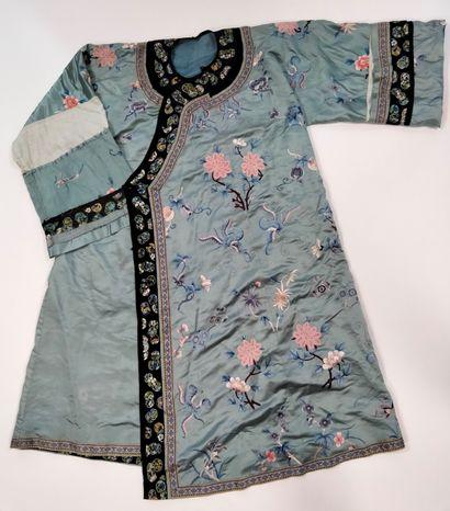 CHINE, vers 1900 Robe en soie brodée de fleurs...