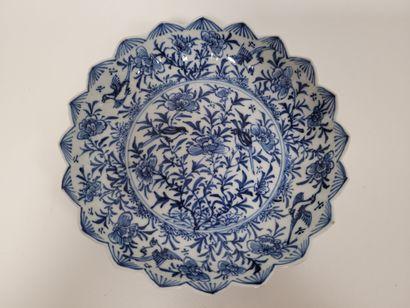 CHINE, XIXe siècle Coupe polylobée en porcelaine...