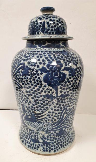 CHINE, XXe siècle Paire de jarres balustres...