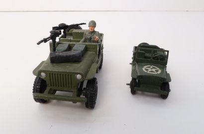 DINKY TOYS  Lot de 2 jeep militaires :  -...