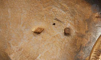 EXPOSITION UNIVERSELLE DE 1900 Théière en vermeil fondu quadripode. Les pieds figurent...