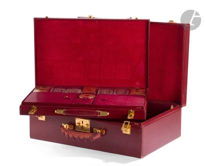 VUITTON Valise en cuir bordeaux (usures aux...