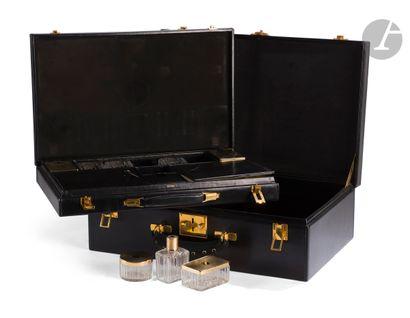 VUITTON Valise en cuir noir, deux clefs,...
