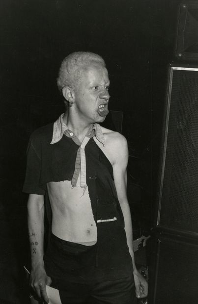 Laurent Monlaü (1957) Jeune punk. Londres,...