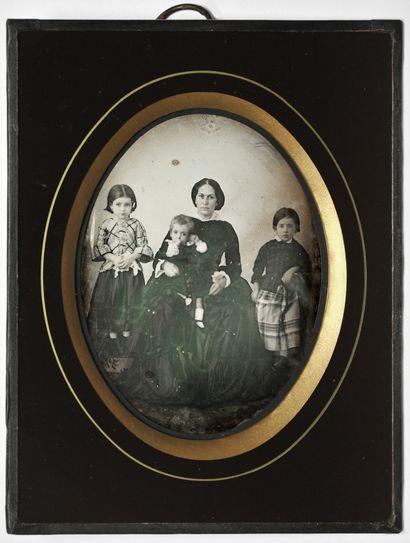 Daguerréotypiste non identifié Espagne, c. 1850. Madame Perisse et trois hijitos....