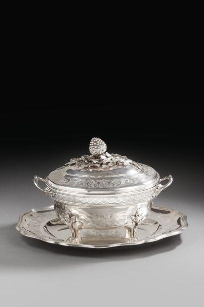 PARIS 1782 - 1783 Soupière en argent, complète...