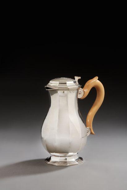 LILLE 1734 - 1735 Pot à eau en argent reposant...