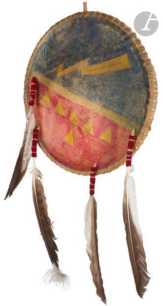Bouclier indien rond.  En peau, à décor peint,...