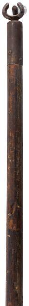 Lance de joute de style XVe siècle  En bois tourné. Croc en fer forgé.  XIXe si...