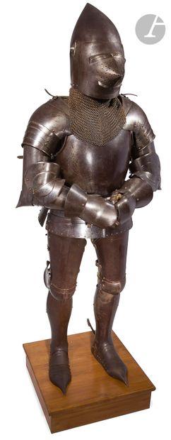 Armure de style gothique de pied en cape....
