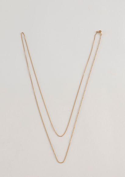 Longue chaine (78 cm) en or (18K). Poids...