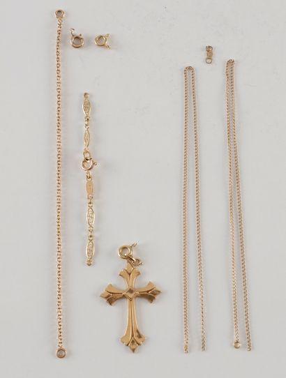 Un pendentif croix et bris d'or (18K). Poids...