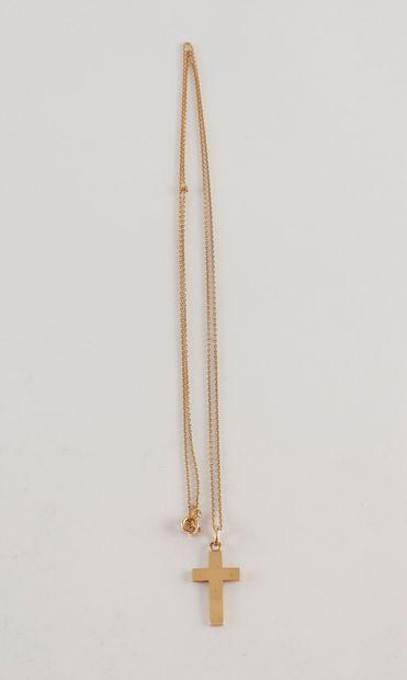 Longue chaine (78 cm) et croix en or (18K)....