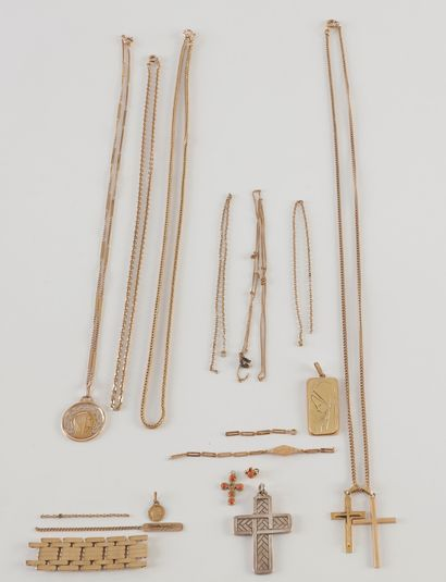 Lot de bijoux en or (18K) comprenant: 2 croix,...