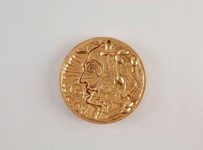 Une médaille en argent doré. DALI Salvador....