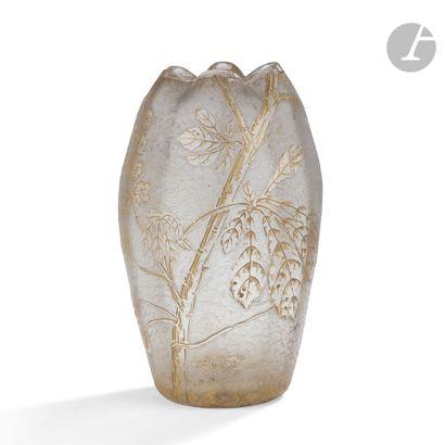 LEGRAS & Cie - CRISTALLERIE DE SAINT DENIS Branches de marronnier Vase balustre...