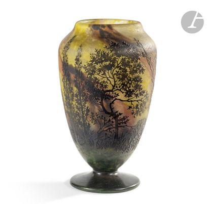 DAUM NANCY Chênes-lièges Haut vase balustre sur piédouche et au large col annulaire....